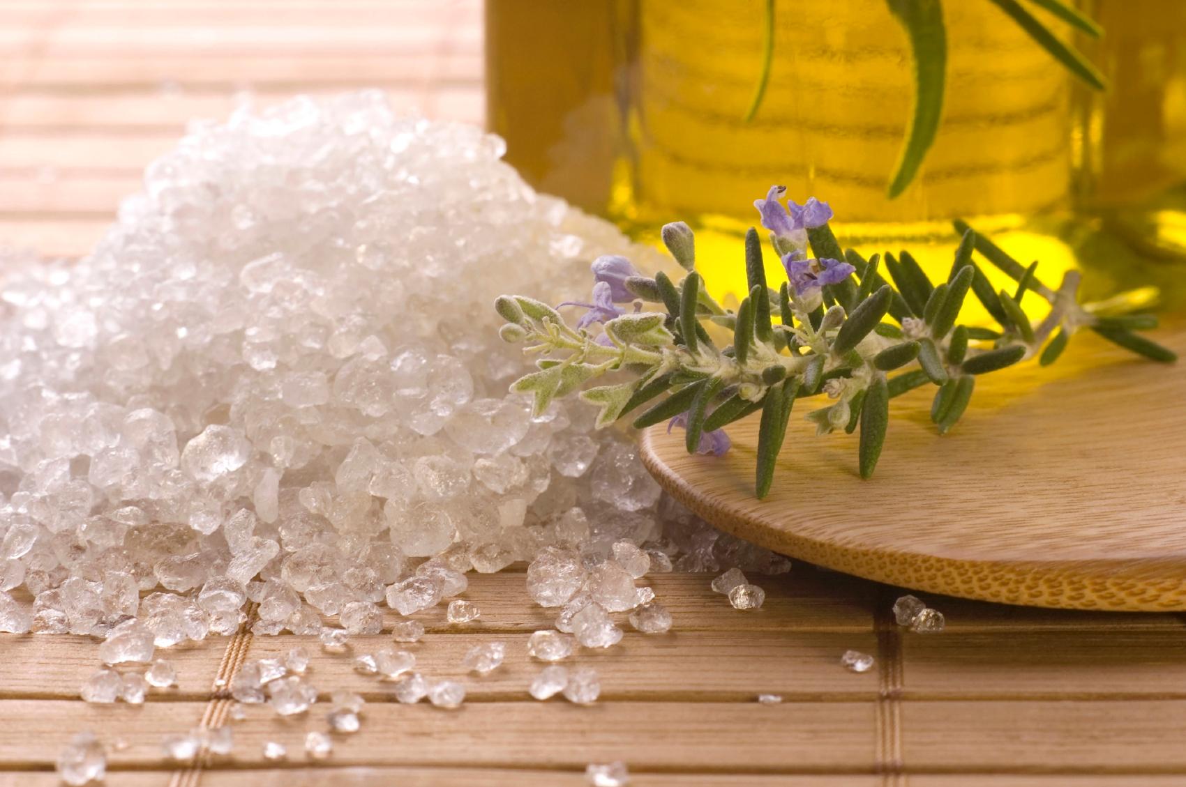 Скраб из морской соли и меда
